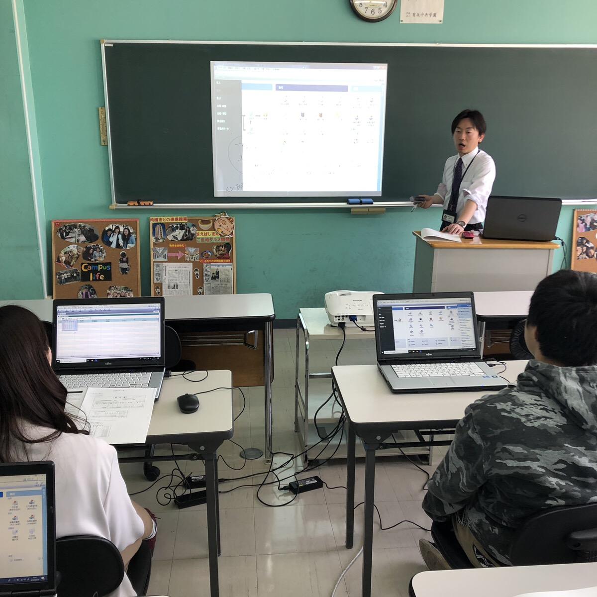 元気に簿記の基本をわかりやすく教える柳田先生