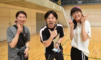 カメラマンと先生。笑顔の学生と、はじけた柳田先生。